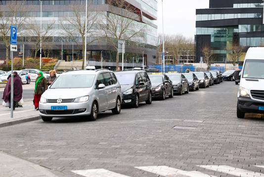 Wachtende taxi's bij Centraal Station Eindhoven.