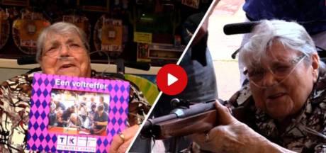 Video van de Dag   Levende legende Luchtbuks Ria in rolstoel naar Tilburgse kermis. Is de 101-jarige het verleerd?