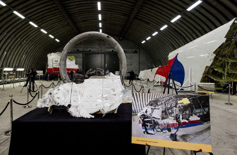2015-10-13 15:06:03 RIJEN - Hangar met diverse brokstukken van de MH17 te bezoeken voor de pers na de presentatie van het rapport van de Onderzoeksraad voor Veiligheid (OVV) met de resultaten van het onderzoek naar de oorzaak van de ramp met vlucht MH17. Bij de ramp met het toestel kwamen alle 298 inzittenden om het leven, van wie 196 Nederlanders. ANP ROBIN VAN LONKHUIJSEN Beeld ANP