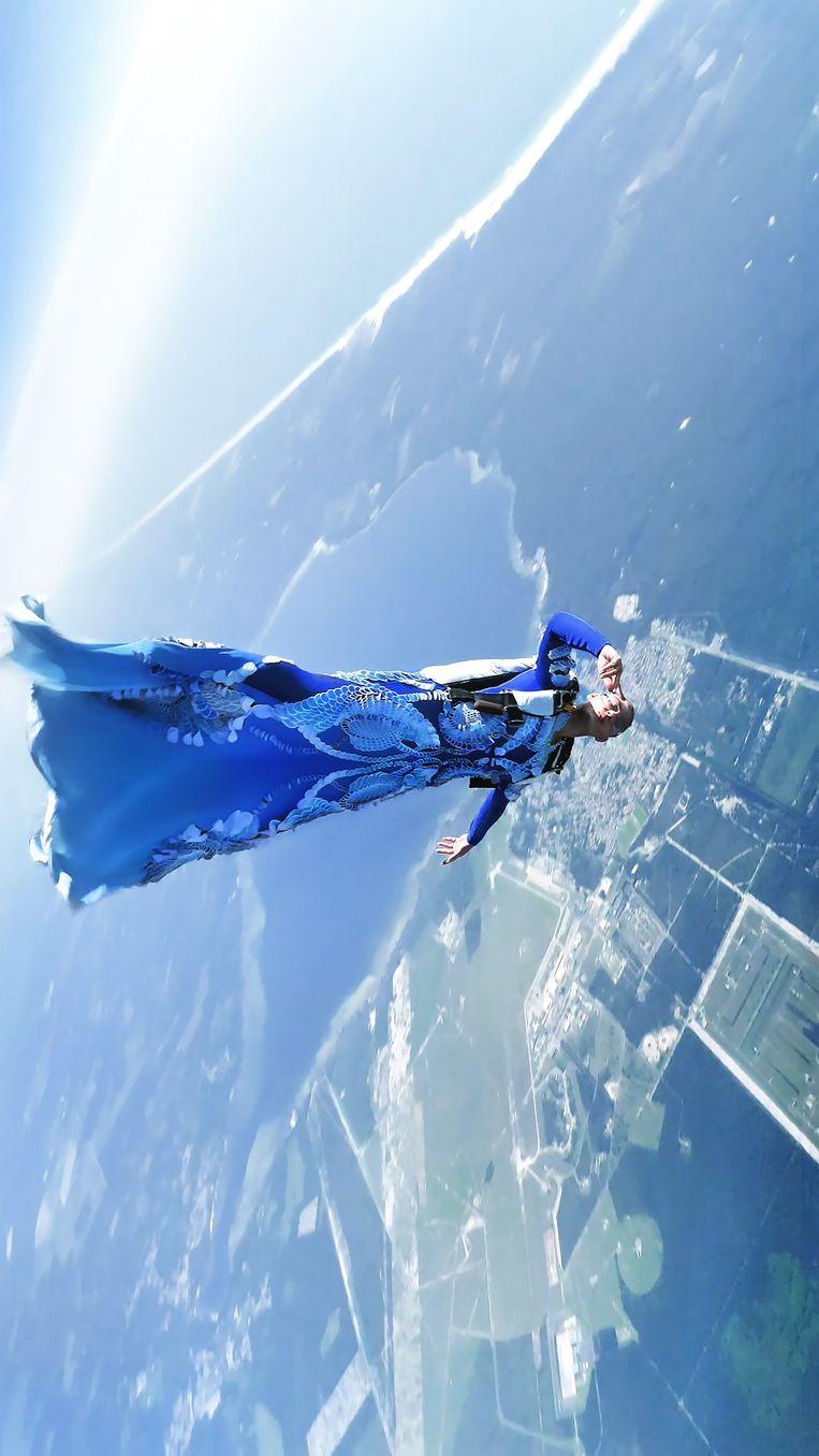 Iris van Herpen, 'Earthrise', herfst/winter 2021-2022. Parachutespringer: Domitille Kiger. Beeld Alexandre Aimard