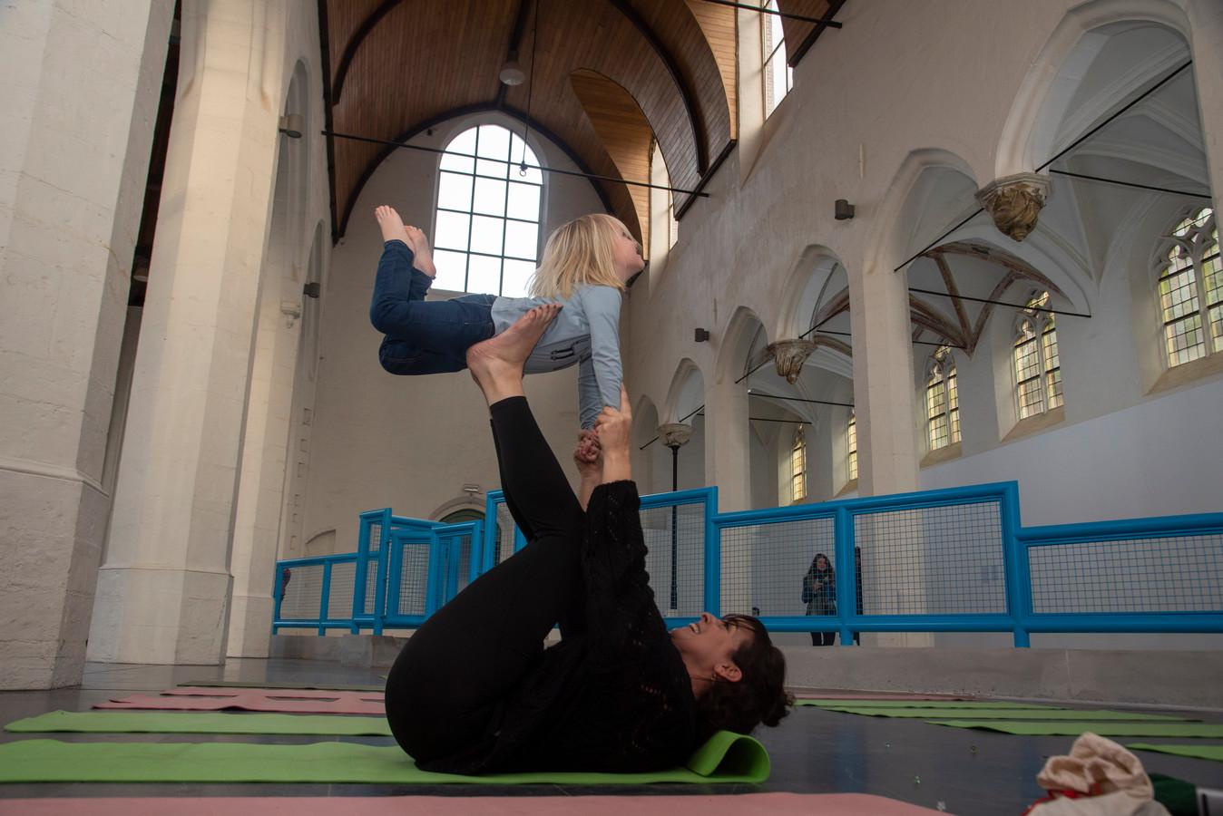 Kunsthal Gent opende zaterdag als nieuw platform voor beeldende kunst. Met rondleidingen en yoga voor kinderen.