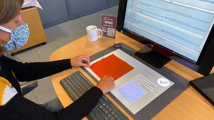 Een aangepaste computer projecteert de instructies op een werkblad.