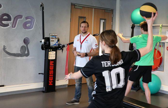 Branko Mitrovic trainde woensdag al weer met zijn pupillen van het Regionaal Talent Centrum in het krachthonk van de Dordtse Sportboulevard.