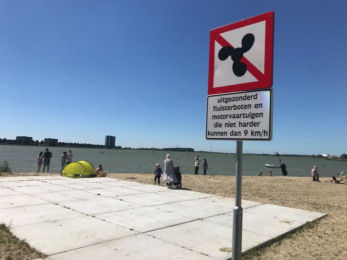 Dat dit een rolstoelvriendelijke plek is, is niet voor iedereen duidelijk, meent Stefaan Verheugt van de Bergse CDA-fractie. Het bord inmiddels verplaatst.