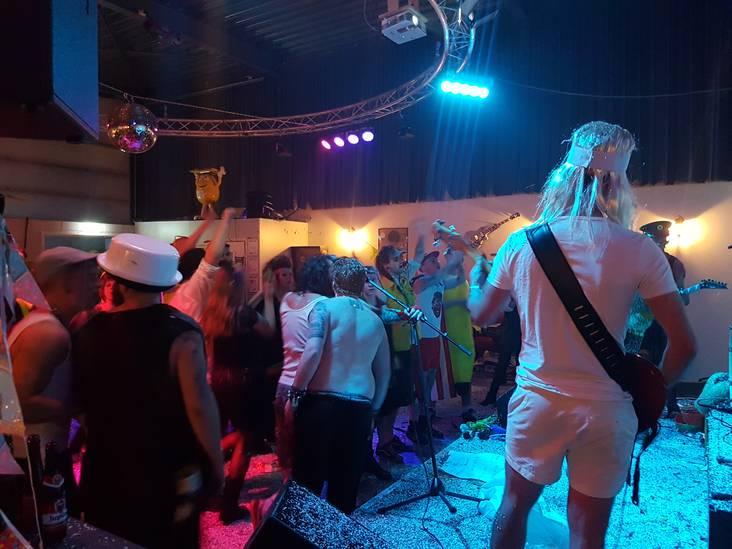 Tijd voor Confetti-in- je-bierfest! Niks geen lange rijen tafels of onpraktische bierpullen