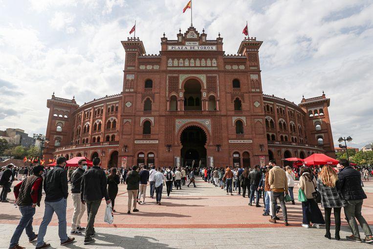 De rij voor de Las Ventas-arena in Madrid op zondag 2 mei 2021. Het stadsbestuur besloot in aanloop naar de verkiezingen dat de stierenvechtersarena in de Spaanse hoofdstad voor een select publiek na maanden weer haar deuren mocht openen. Beeld REUTERS