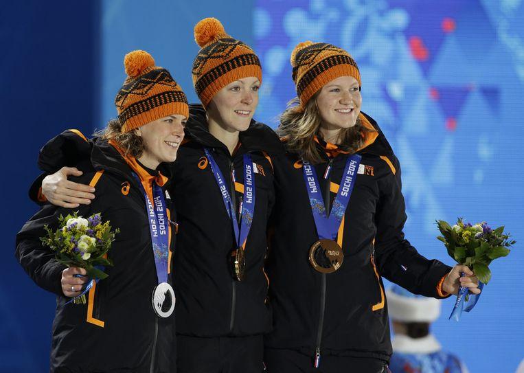 Ireen Wüst (links), Jorien ter Mors en Lotte van Beek (rechts) Beeld ap