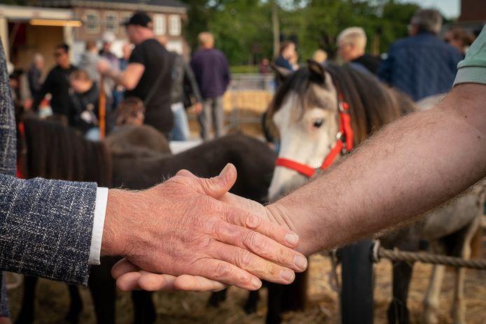 Handjeklap op de Paardenmarkt Elst