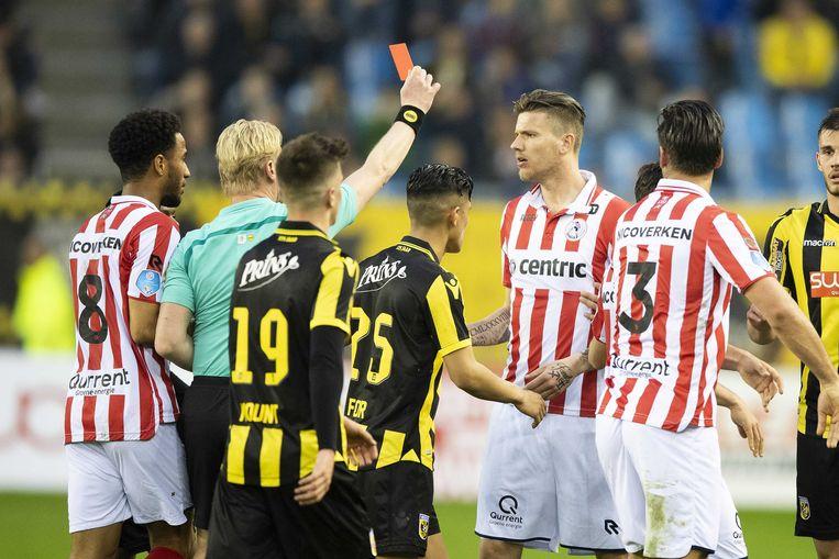 Sparta-spits Michiel Kramer kreeg een rode kaart van scheidsrechter Kevin Blom na Alexander Büttner van Vitesse in het gezicht te hebben geschopt. Beeld ANP Pro Shots