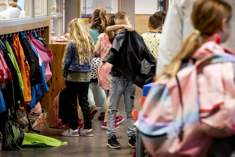 Leerlingen komen aan op een basisschool op de eerste dag van het nieuwe schooljaar. 'Zorg dat het nieuwe decreet leersteun dat in de steigers staat, ons verlost van dit lappendeken aan hulppleisters op een houten been', pleit de auteur.  Beeld ANP