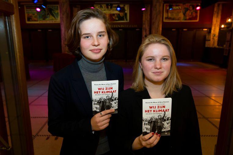Anuna De Wever en Kyra Gantois met hun boek 'Wij zijn het klimaat'. Beeld BELGA