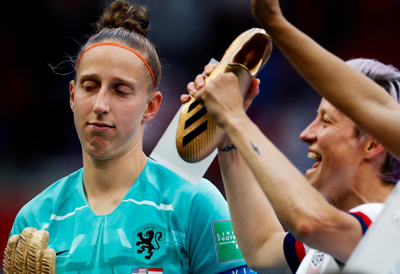 Sari van Veenendaal heeft de Golden Glove in ontvangst genomen als beste keeper van het toernooi en loopt weg bij de feestende Amerikanen.