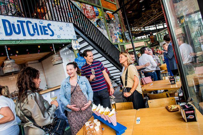 Heel veel internationale zaken, van Japans, Braziliaans tot Indonesisch, maar net zo goed Dutchies: poffertjes, verse friet en negen verschillende soorten bitterballen.