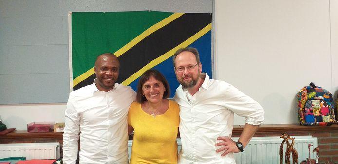 Nigeriaans koorlid 'Cantiamo' Anthony (rechts), bezielers van het benefietoptreden Greta Ferket (midden) en Werner Van Acker (rechts)