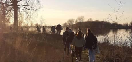 Jongeren houden feestje op ponton bij Dieden, politie deelt bekeuringen uit