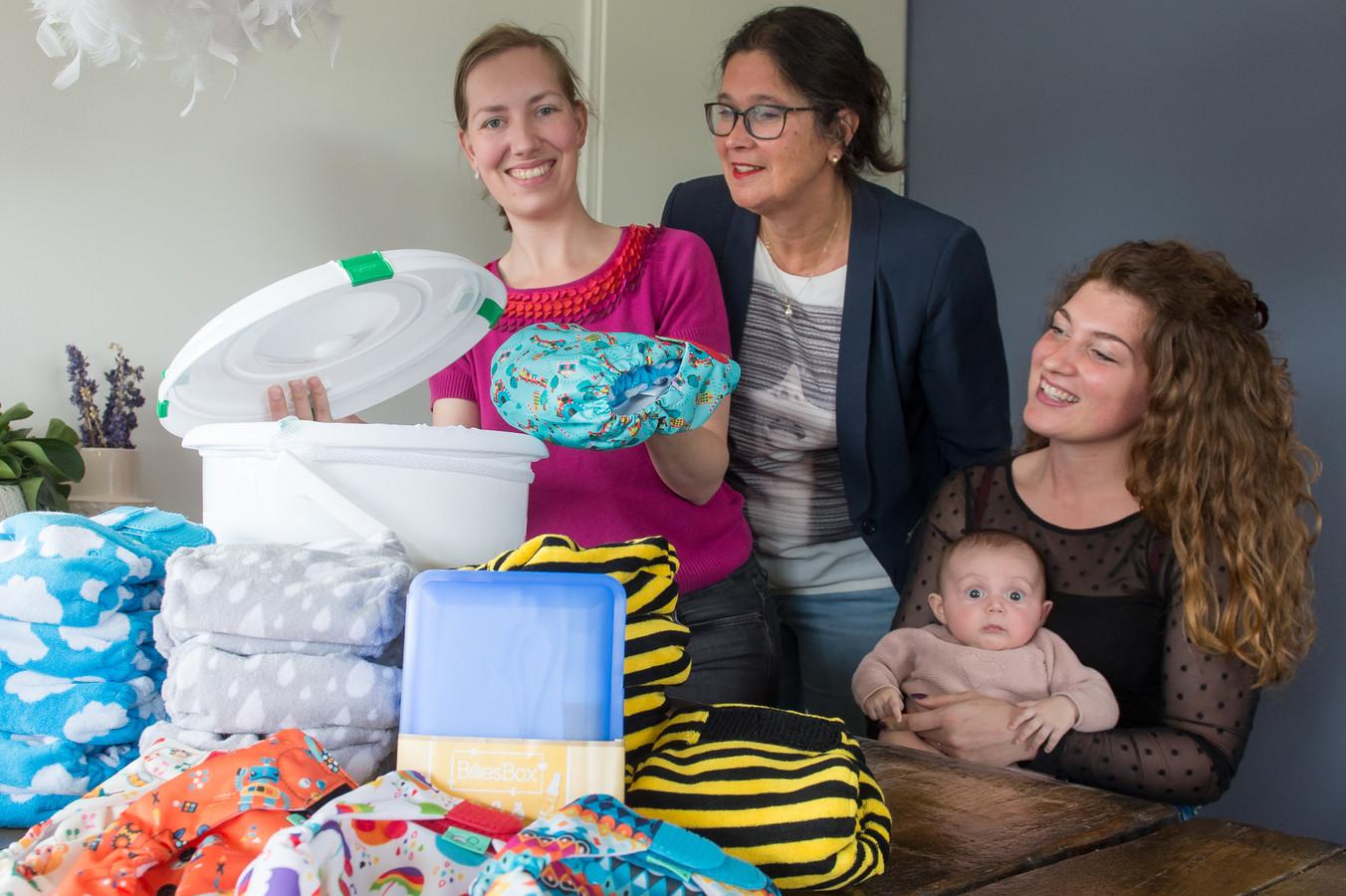 Het pakket op de voorgrond met daarachter vlnr Marsha Leinweber, Corinne Ooms en Roniet van Bakel - van Bergen met Ovie.