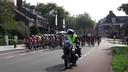 Het peloton onder aanvoering van de nationale ploeg van kopvrouw Annemiek van Vleuten rijdt voor de derde keer door het centrum van Rhenen.