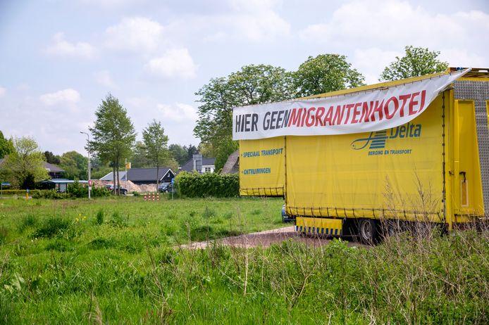 """Aan de Goede Reede, op de plek waar het arbeidsmigrantenhotel moet komen,  staat nu een trailer met spandoek: """"Hier Geen migrantenhotel''"""