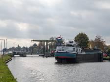 Botenfile op kanaal Almelo - De Haandrik: brug in Daarlerveen geeft het op
