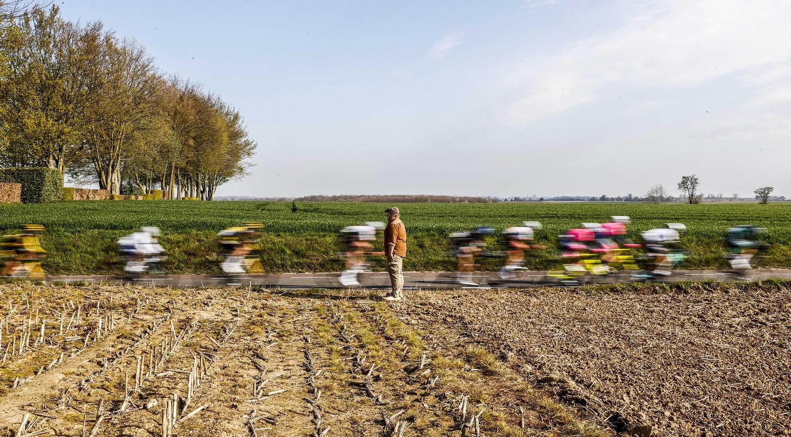 Sfeerbeeld van het peloton dat passeert aan een inwoner van Wolfshuis tijdens de Amstel Gold Race Ladies Edition.