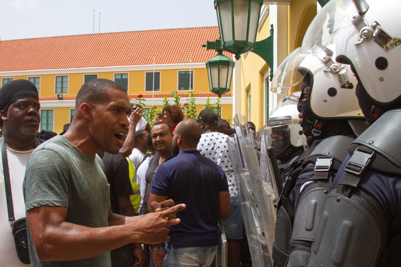 Betogers eisen het aftreden van minister-president Eugene Rhuggenaath. Beeld ANP