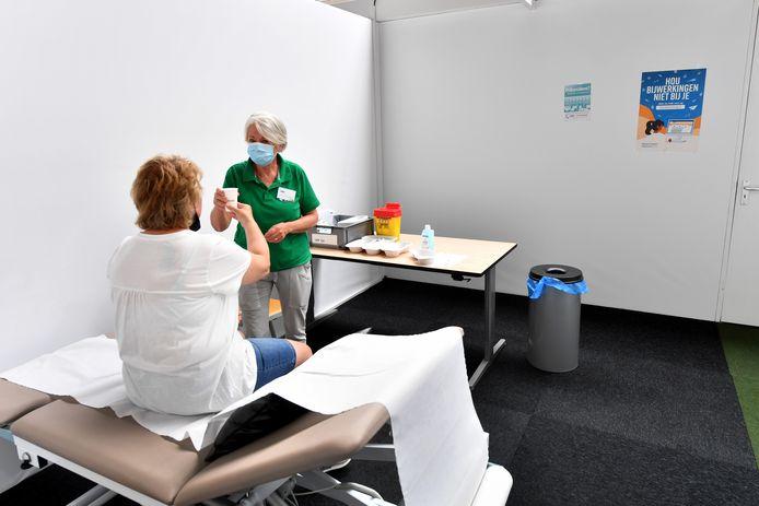 De aparte ruimte voor patiënten met prikangst, waar Riet van Koningsveld patiënten geruststelt en vertrouwen geeft.
