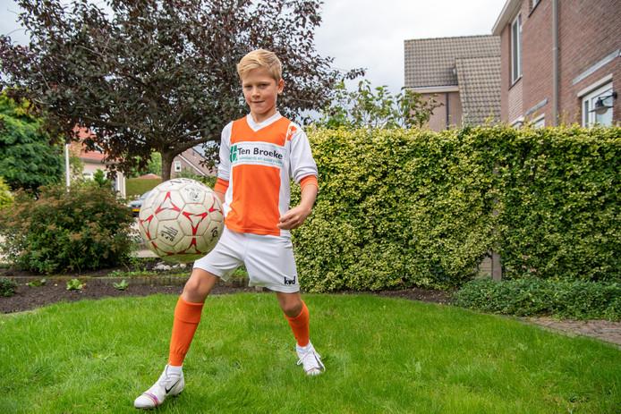 Yoran Kemper laat zijn voetbalkunsten zien.