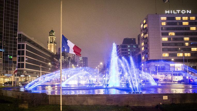 Op verschillende plaatsen in Nederland is de Franse vlag halfstok gehangen, zoals hier in Rotterdam. Beeld anp