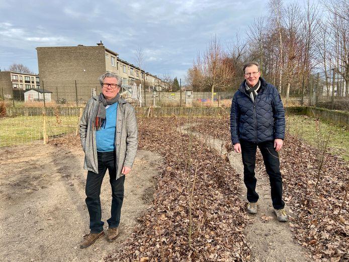 Schepen voor Leefmilieu Walter Brat (links) en schepen voor Wonen Paul De Swaef (rechts) in het zopas aangeplante tiny forest