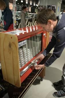 Pakje kunst in plaats van Gauloise uit  ouderwetse sigarettenautomaat bij Van Piere in Eindhoven