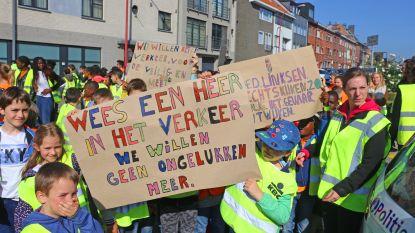 VIDEO. Mars voor meer verkeersveilgheid: actievoerders overhandigen petitie en manifest aan burgemeester