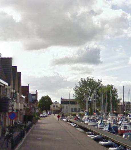 Water Spakenburgse haven bezaaid met afval