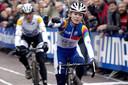 Daphny van den Brand gaat weer eens als winnaar van een veldrit over de streep, hier in Hoogerheide.