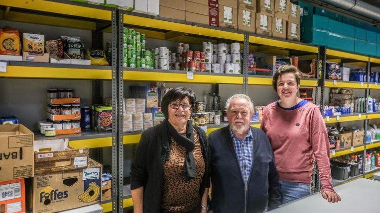 Een foto van voor de coronacrisis: vrijwilligers Marleen en Albert samen met schepen Eva Ryde in de loods van de Ieperse voedselbank.