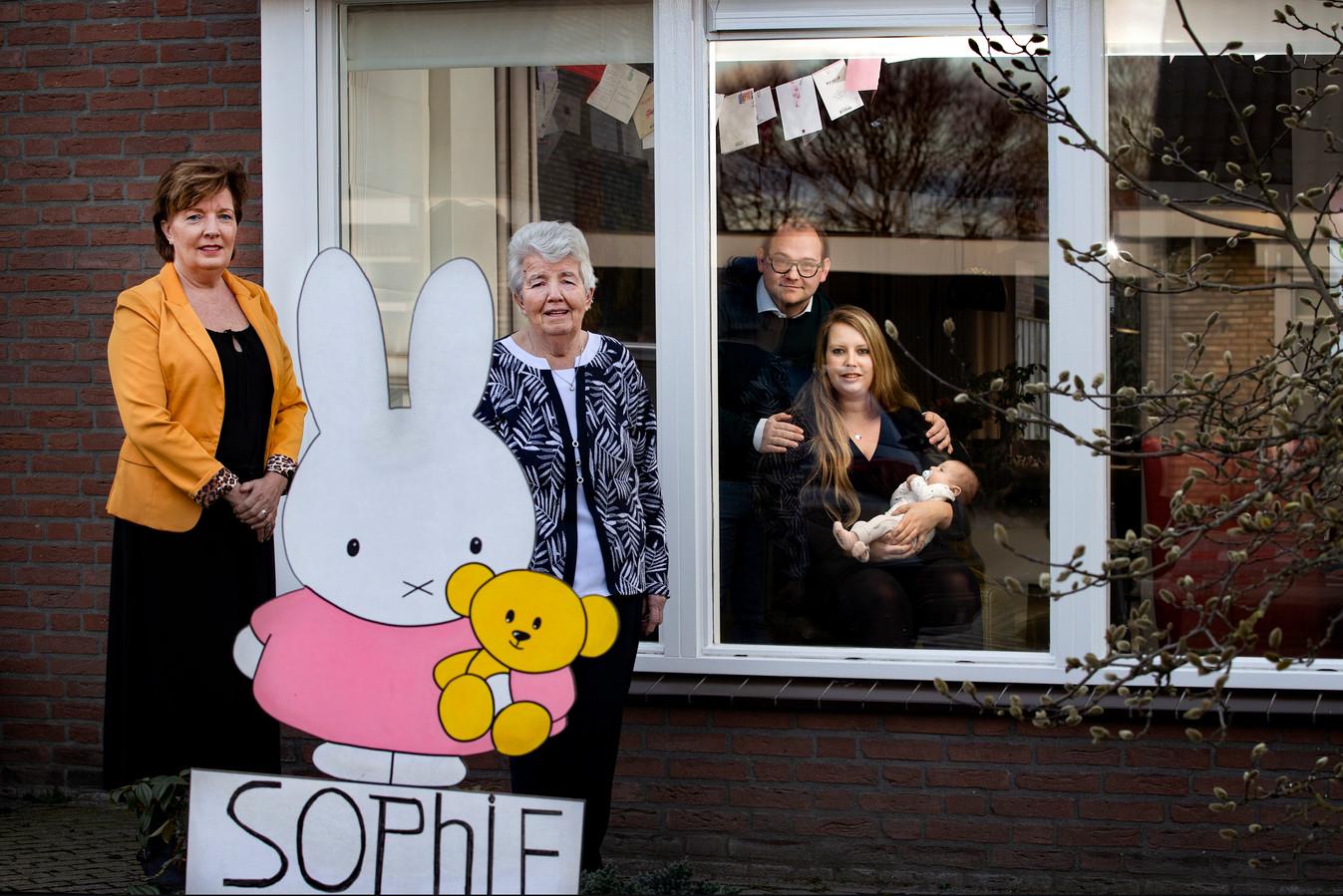 De familie Verhees uit Milheeze met twee oma's en pasgeboren dochtertje Sophie. Door de coronamaatregelen mochten de oma's hun kleinkind nog niet vasthouden.