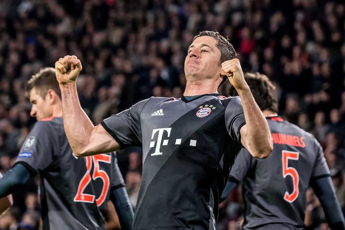 Robert Lewandowski is blij met de 1-2 tegen PSV