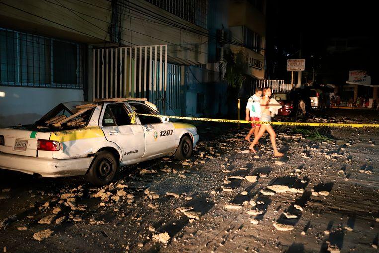 Door de aardbeving kwamen brokstukken naar beneden en raakten auto's beschadigd. Beeld AP