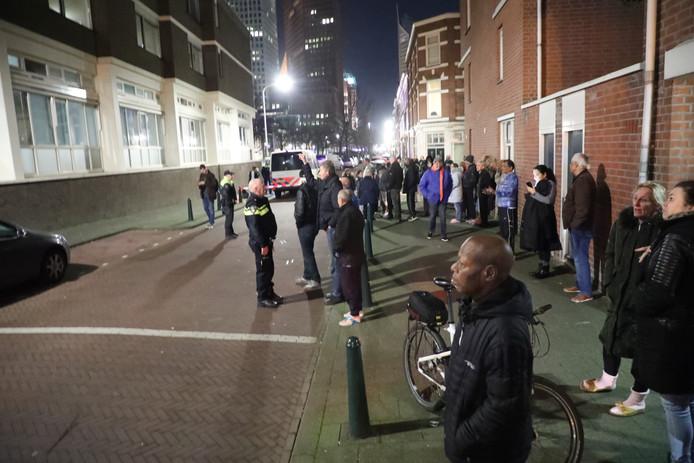 Rond de 80 tot 100 bewoners staan op straat door de brand