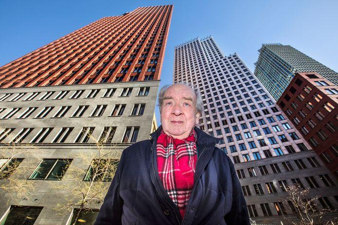 Rob Plug (77) van het bedrijf Bubbledeck met op de achtergrond de torens van ministeries van Binnenlandse Zaken en Justitie waarover werd beweerd dat de vloeren onveilig zouden zijn. Dit blijkt achteraf niet waar.
