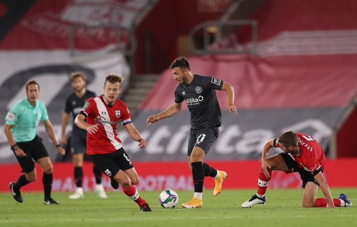 Halil Dervisoglu, hier in actie voor Brentford, speelt de rest van het seizoen voor FC Twente.