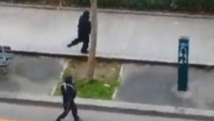 In het filmpje is te zien hoe de daders de agent in koele bloeden vermoorden.