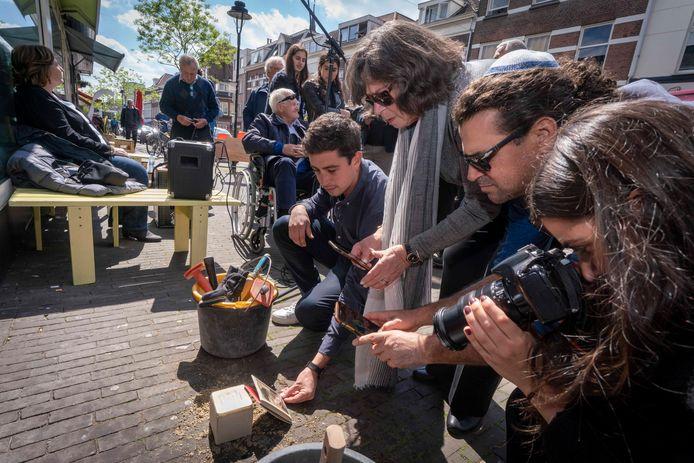 Familie uit Australië fotografeert de struikelsteen van de in Auschwitz omgebrachte Ephraïm Roozendaal voor zijn voormalige woning aan de Hommelstraat in Arnhem: een moment in de rouwstoet van steenleggingen voor slachtoffers van Holocaust in de zomer van 2018.