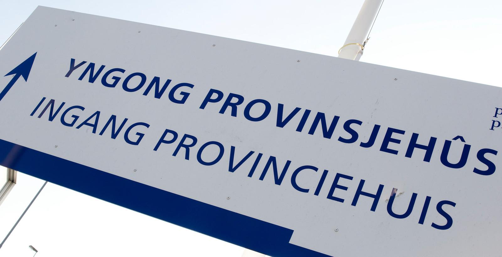 De nieuwe taalwet van 2011 geeft iedereen het recht om in de provincie Friesland zelf te kiezen voor de Nederlandse of de Friese taal in het contact met de overheid of in de rechtszaal.