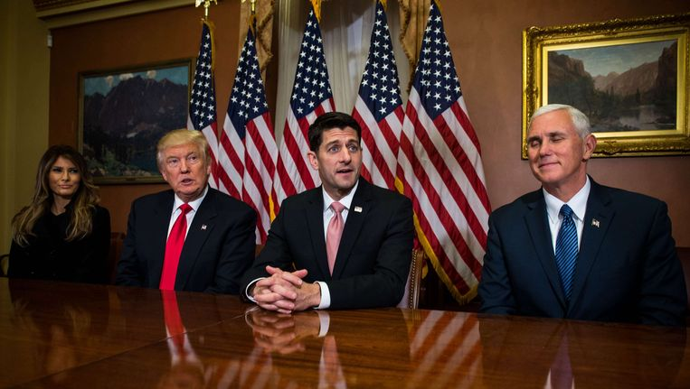 Donald Trump bezocht vorige week met zijn vrouw Melania het Capitool in Washington. Geheel rechts Trumps aanstaande vice-president Mike Pence, met naast hem Paul Ryan, voorzitter van de Republikeinen in het Huis van Afgevaardigden. Beeld AFP