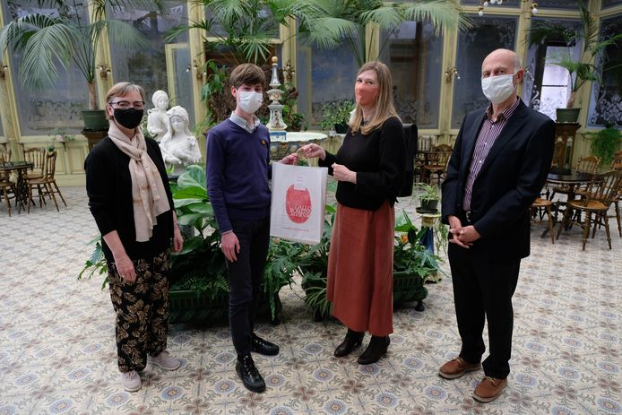 Wannes De Meyer kreeg zijn prijs uit handen van Annemie De Merlier van Centamina. Ook op de foto: directeur derde graad Greet Goossens en algemeen directeur Wilfried Wens.