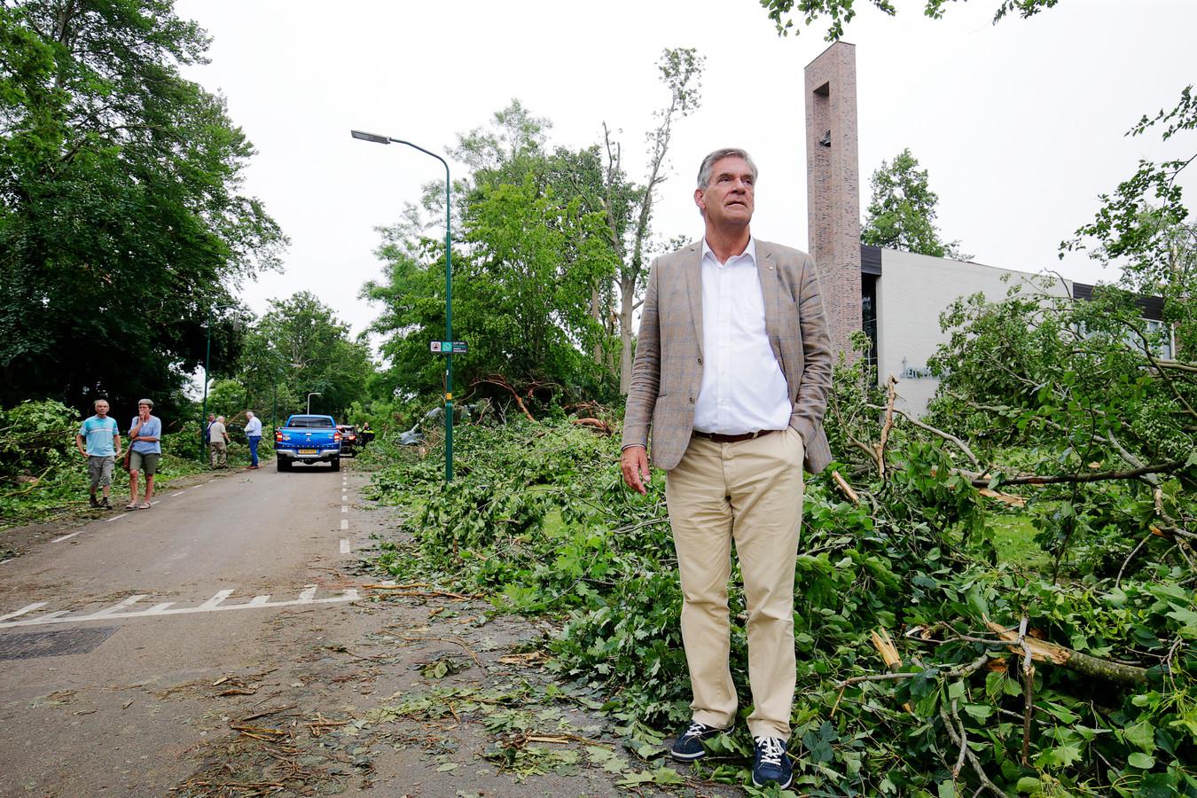 Frits Naafs, burgemeester van de Utrechtse Heuvelrug, in de Lomboklaan. Deze straat werd het zwaarst getroffen.