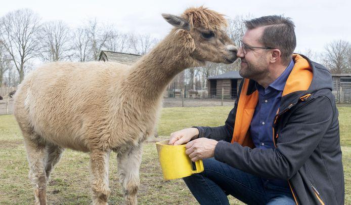 Directeur Maarten Reimes van Hof van Eckberge met alpaca Aagje.