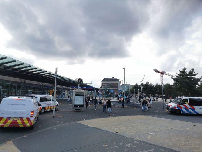 Het station in Apeldoorn vanmiddag: de massaal uitgerukte politie ontruimde het station vanwege een verdachte situatie.