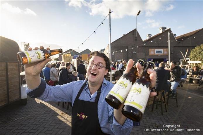 Jeroen Bos met het nieuwe Indië Pale Almelo (IPA) bier.