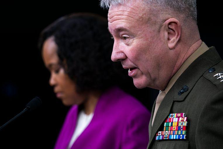 Woordvoerter Dana White en luitenant-generaal Kenneth McKenzie van het Pentagon. Beeld EPA